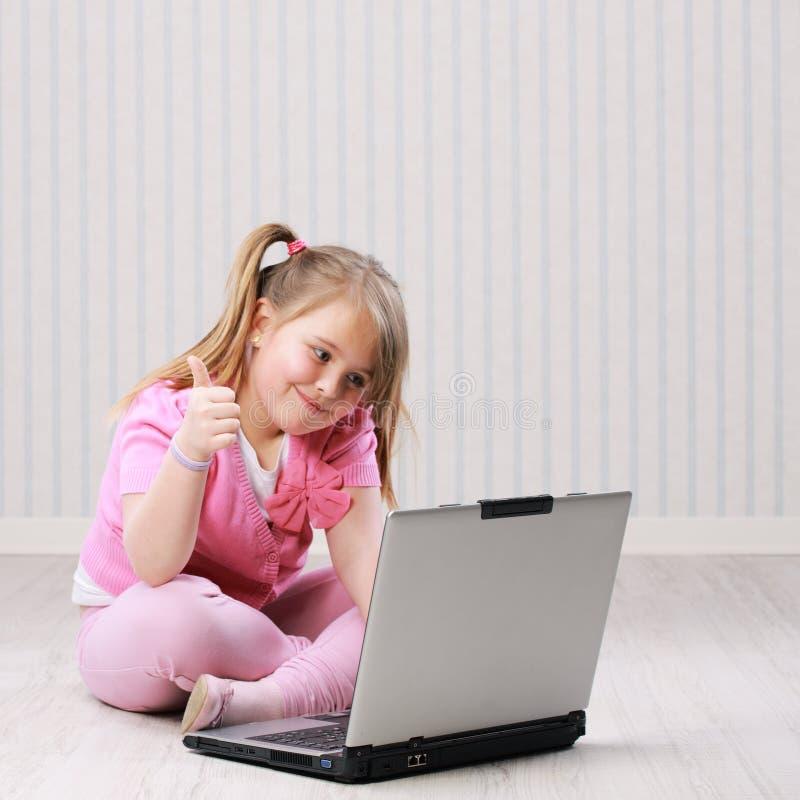 Nettes kleines Mädchen mit Laptop stockbilder