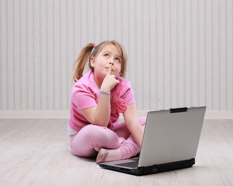 Nettes kleines Mädchen mit Laptop lizenzfreie stockfotos