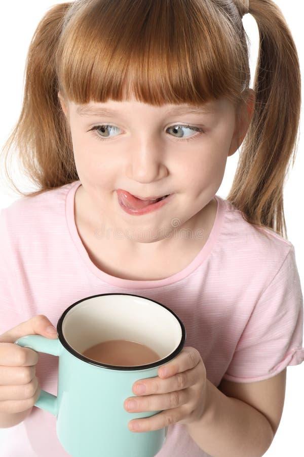 Nettes kleines Mädchen mit Schale des heißen Kakaogetränks auf weißem Hintergrund stockfotos