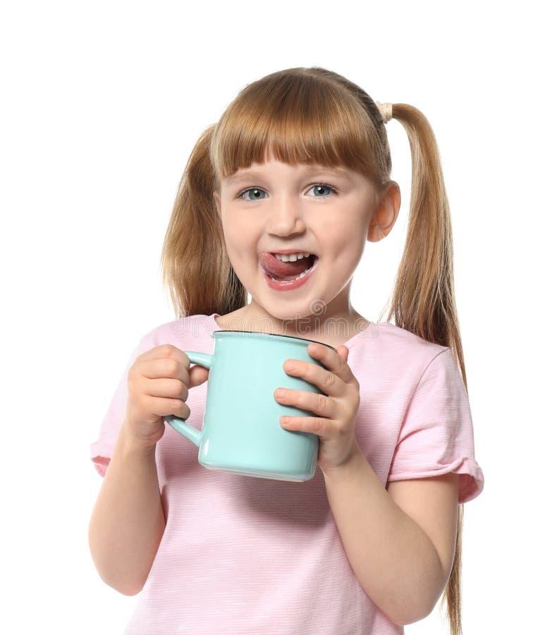 Nettes kleines Mädchen mit Schale des heißen Kakaogetränks auf weißem Hintergrund lizenzfreie stockfotos