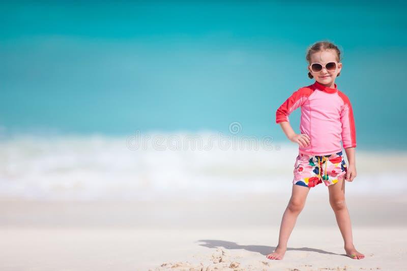 Nettes kleines Mädchen am Strand lizenzfreie stockbilder