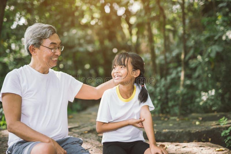 Nettes kleines Mädchen und Großvater lizenzfreie stockfotos