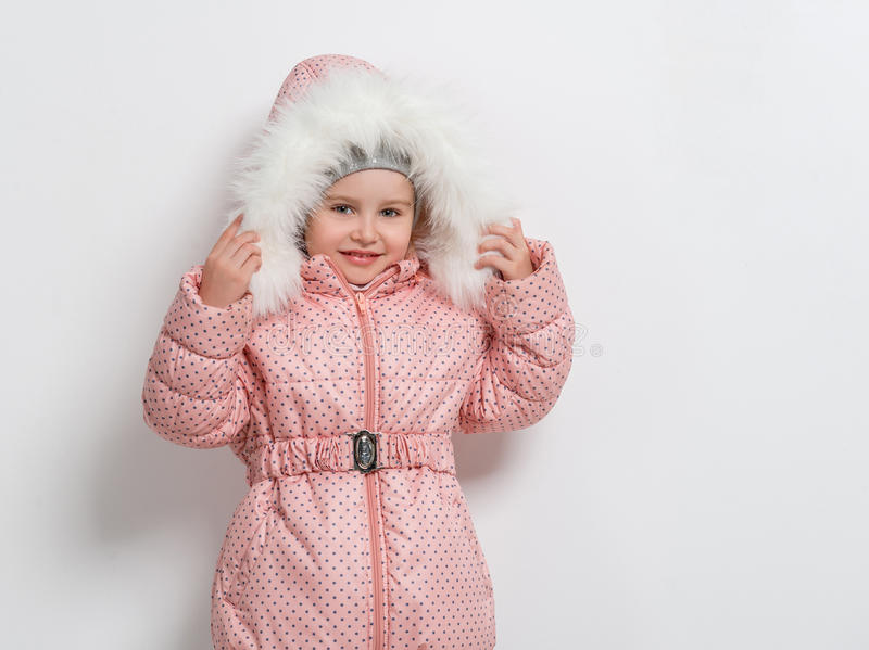 Nettes kleines Mädchen unten in der Jacke mit Haube lizenzfreies stockfoto