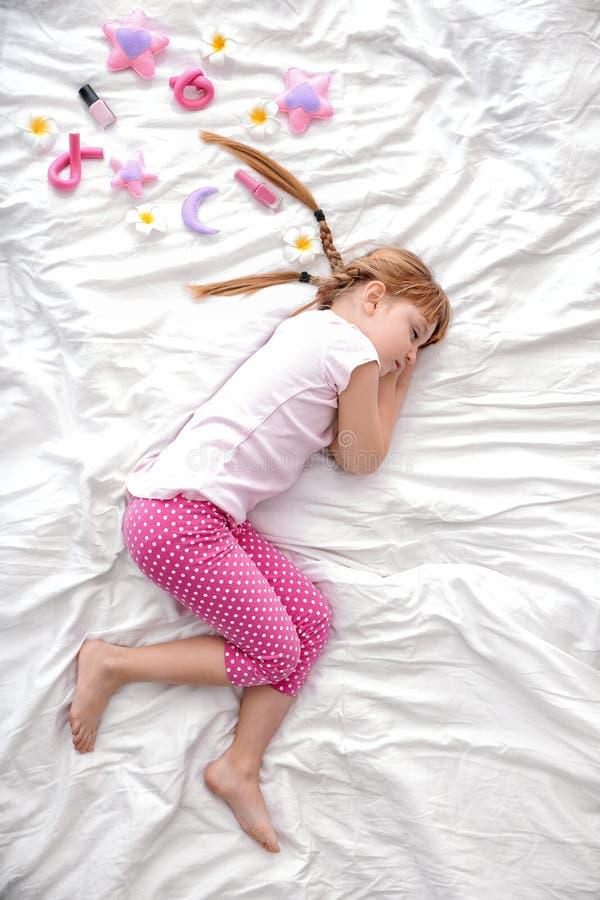 Nettes kleines M?dchen, das im Bett, Draufsicht schl?ft lizenzfreies stockbild