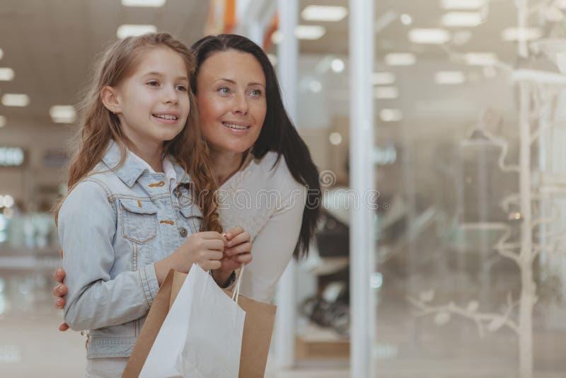 Nettes kleines M?dchen, das im Einkaufszentrum mit ihrer Mutter kauft lizenzfreies stockfoto