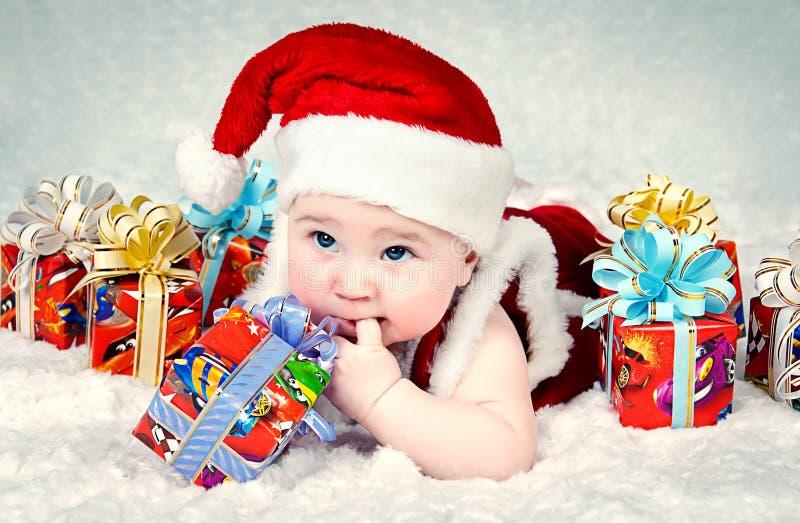 Nettes kleines Sankt-Schätzchen mit neuen yearâs Geschenken stockfotos