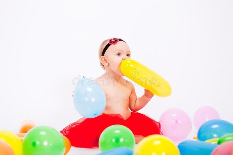 Nettes kleines Schätzchenkind mit colorfull Ballonen stockfotos