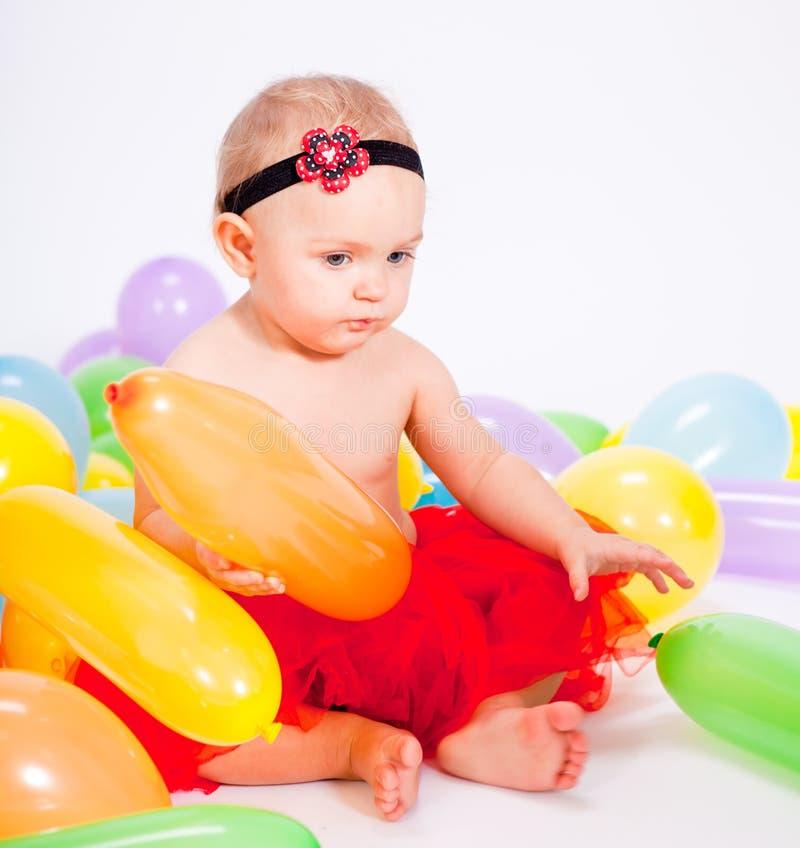 Nettes kleines Schätzchenkind mit colorfull Ballonen stockbilder