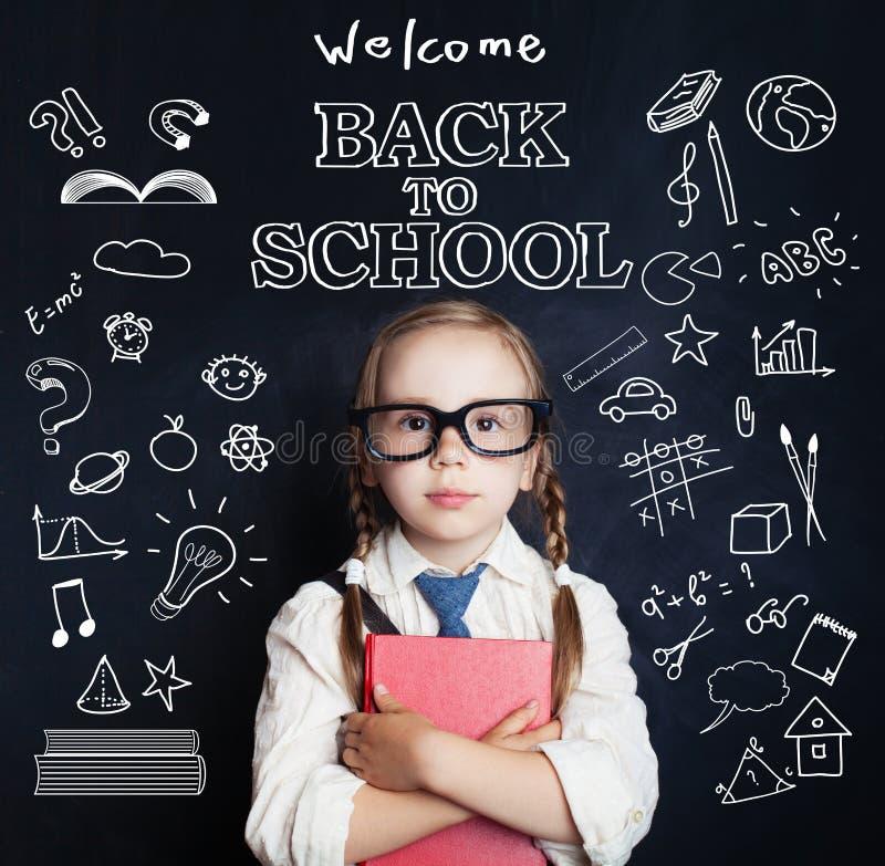 Nettes kleines Studentinporträt Schülerkind im Klassenzimmer stockbilder