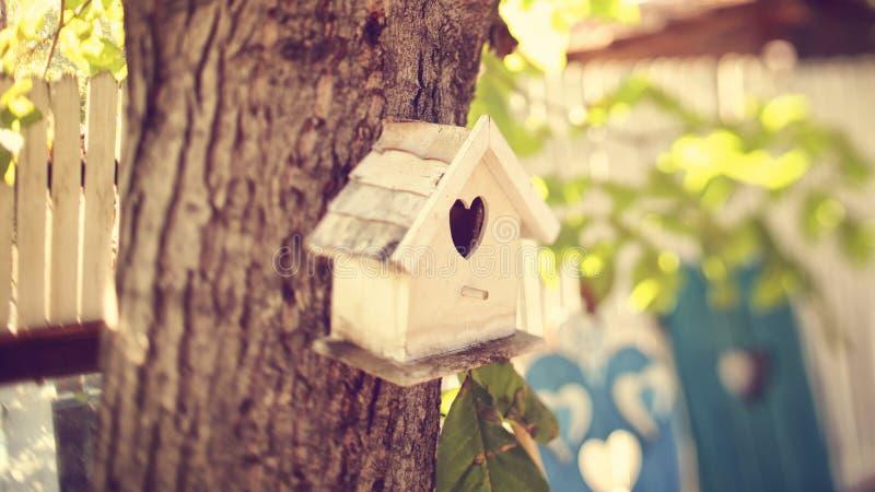 Nettes kleines Vogelhaus stockbild