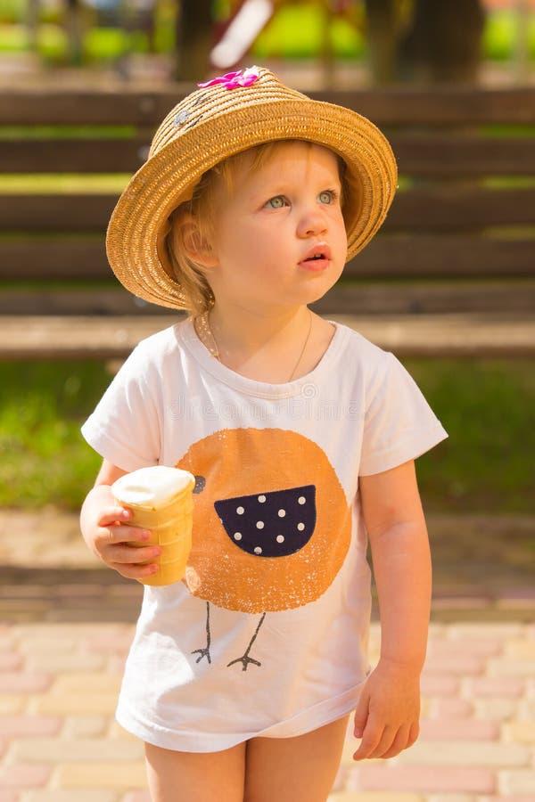 Nettes Kleinkind-Mädchen, das Eiscreme isst lizenzfreie stockfotografie