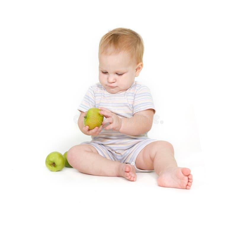 Nettes Kleinkind mit Äpfeln stockfotografie