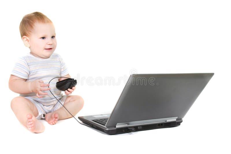 Nettes Kleinkind mit Laptop lizenzfreie stockfotos