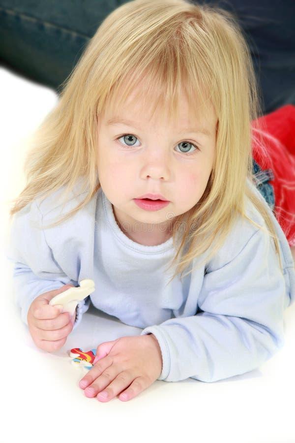 Nettes Kleinkindmädchen über Weiß lizenzfreies stockfoto