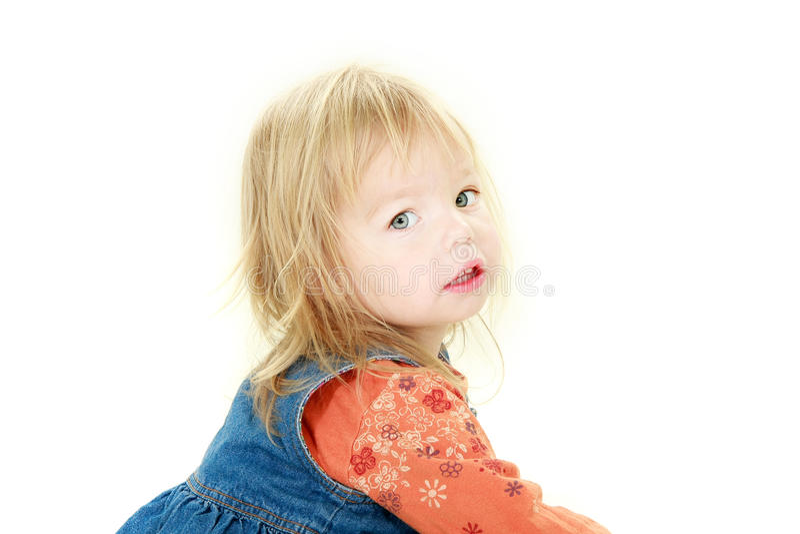 Nettes Kleinkindmädchen, das in der Kamera schaut lizenzfreie stockfotos