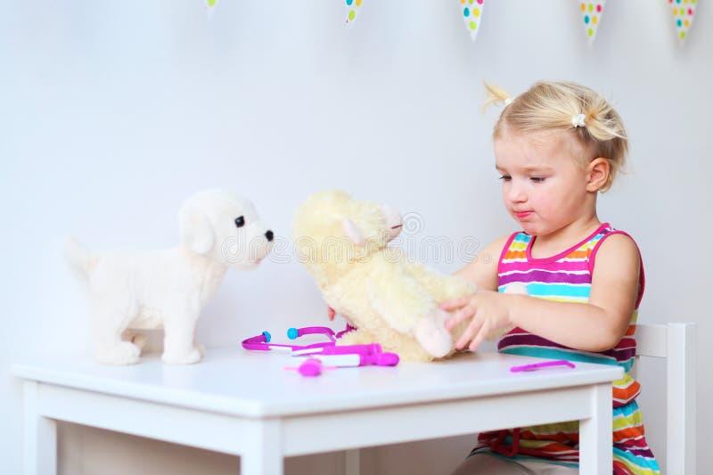 Nettes Kleinkindmädchen, das mit Spielwaren spielt lizenzfreies stockfoto