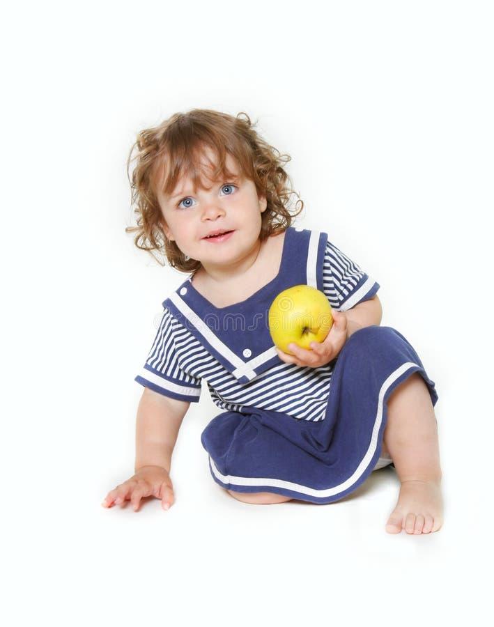 Nettes Kleinkindmädchen mit grünem Apfel lizenzfreie stockbilder