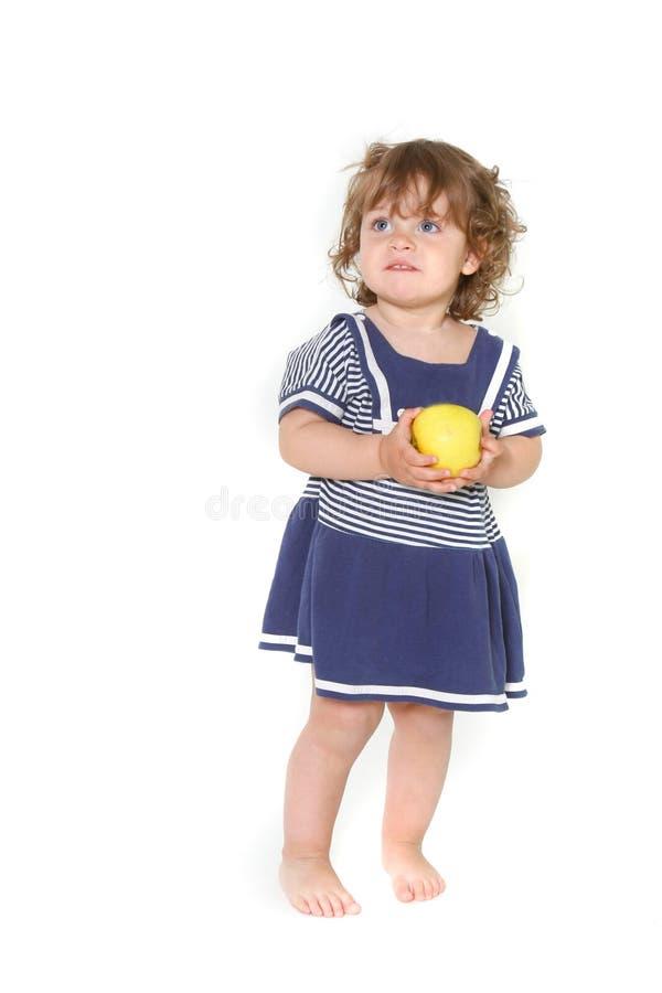 Nettes Kleinkindmädchen mit grünem Apfel stockfoto