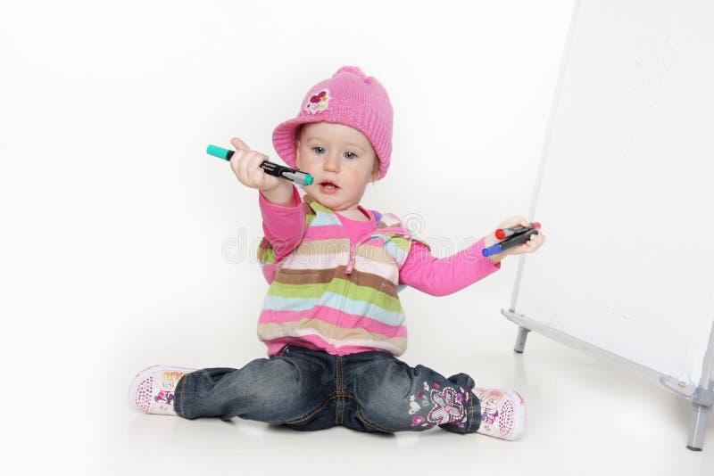 Nettes Kleinkindmädchen mit Markierungen lizenzfreies stockfoto