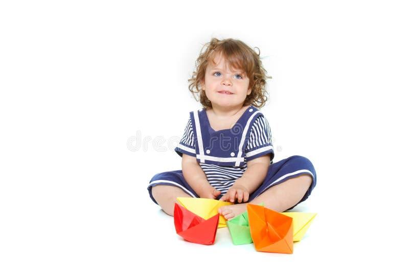 Nettes Kleinkindmädchen mit Papierlieferungen stockfotos
