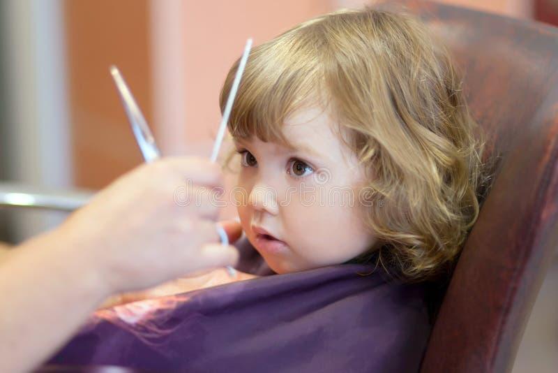 Nettes Kleinkindmädchen am Schönheitssalon lizenzfreie stockfotografie