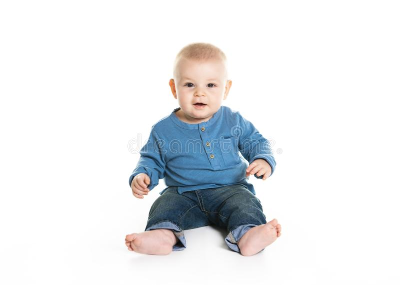 Nettes nettes kriechendes Baby lokalisiert auf weißem Hintergrund lizenzfreie stockfotos