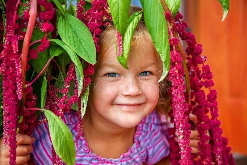 Nettes Lächeln des kleinen Mädchens stockfoto