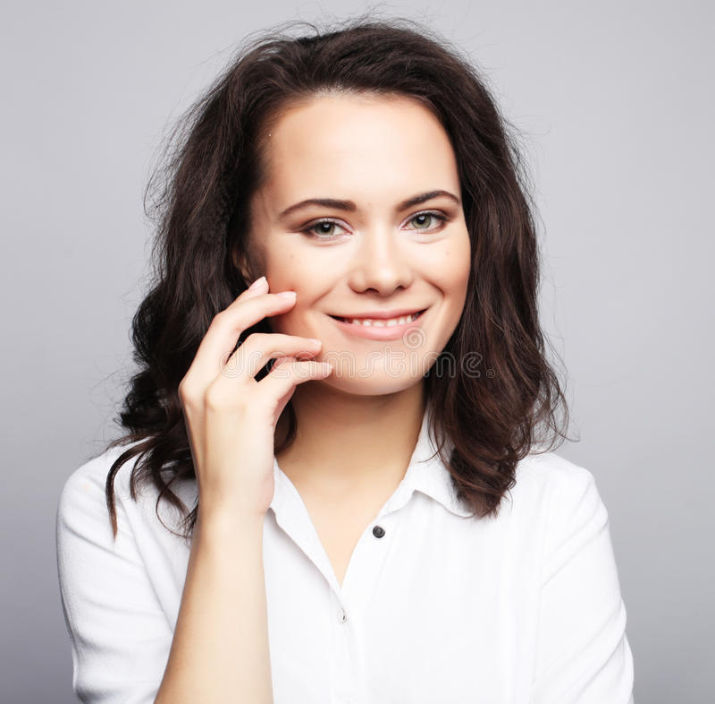 Nettes lächelndes Brunettemädchen über weißem Hintergrund lizenzfreies stockbild
