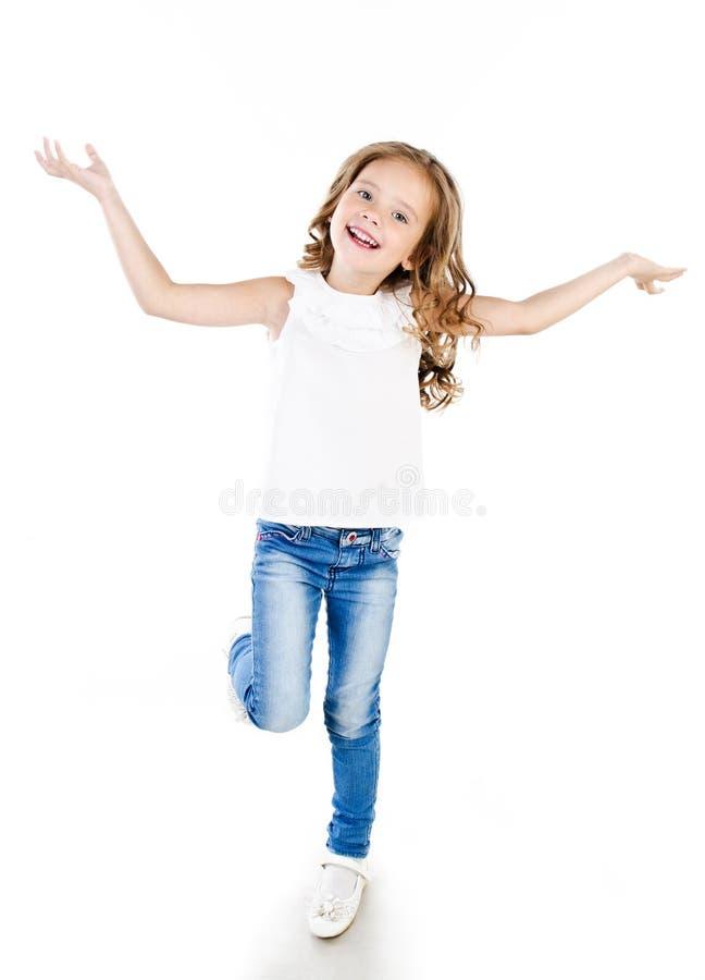 Nettes lächelndes kleines Mädchen in den Jeans lokalisiert lizenzfreies stockfoto