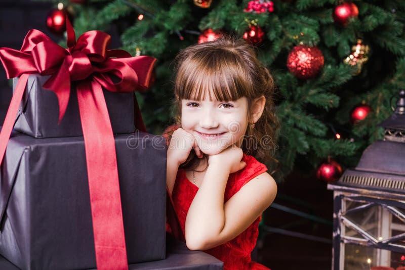 Nettes lächelndes kleines Mädchen mit Präsentkartons stockfoto