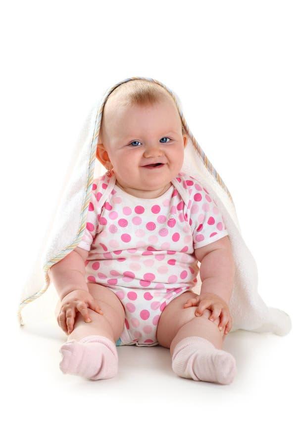 Nettes lächelndes Schätzchen unter dem Tuch getrennt auf weißen wi lizenzfreies stockbild