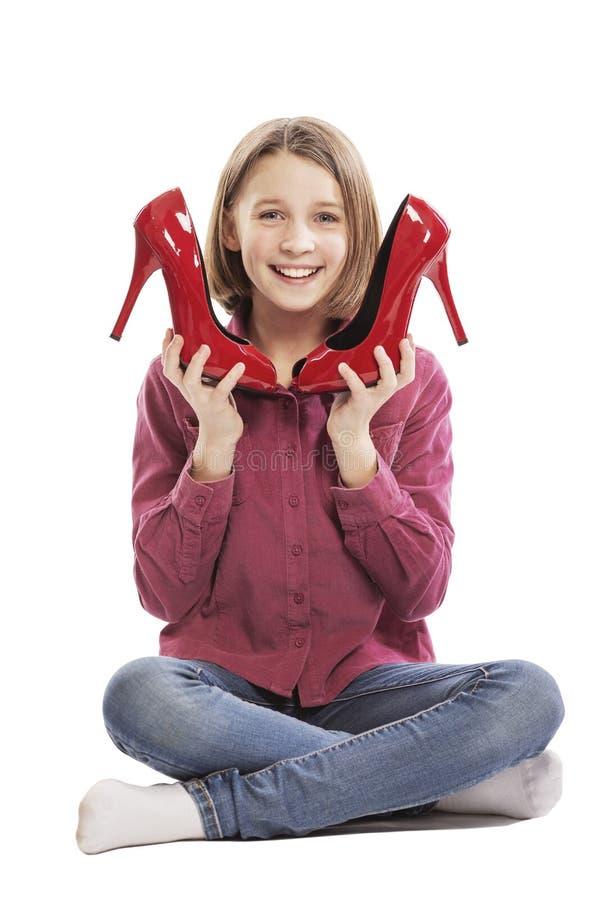 Nettes lachendes jugendlich Mädchen mit den Schuhen ihrer Mutter lizenzfreies stockfoto