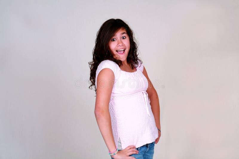 Nettes Latina-jugendliches Mädchen mit dem lockigen Haar stockbilder