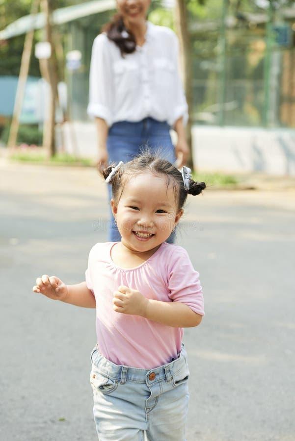 Nettes laufendes kleines Mädchen lizenzfreies stockfoto