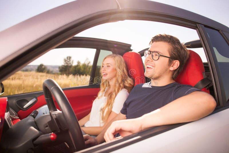 Nettes liebevolles Paar reist durch ihren Transport stockbilder