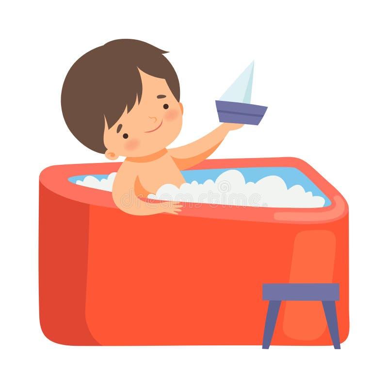 Nettes Little Boy, das Bad nimmt und mit Boot in der Badewanne voll vom Schaum, entzückendes Kind im Badezimmer, tägliche Hygiene lizenzfreie abbildung