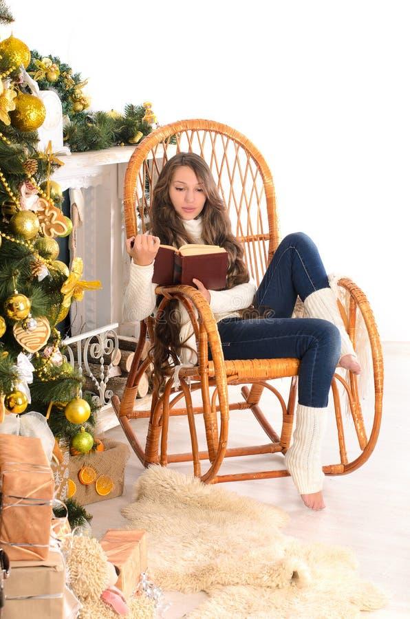 Nettes Mädchen auf Schaukelstuhl im christmastime stockfoto