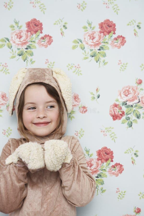 Nettes Mädchen in Bunny Costume Against Wallpaper stockbilder