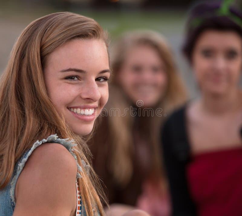 Nettes Mädchen, das über Schulter schaut lizenzfreie stockfotos