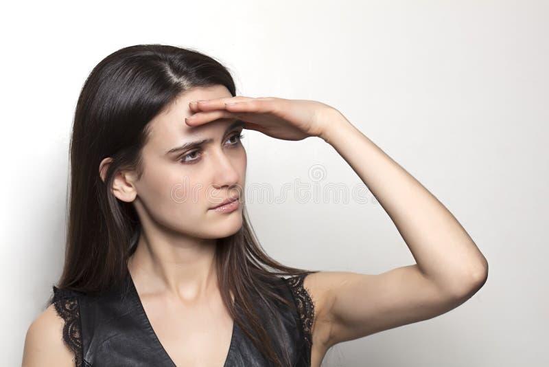 Nettes Mädchen, das den Horizont betrachtet lizenzfreies stockbild