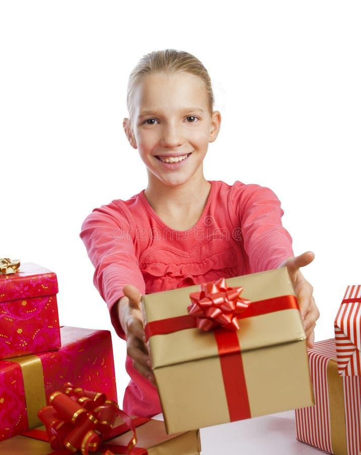 Nettes Mädchen, das ein Geschenk gibt lizenzfreie stockfotos