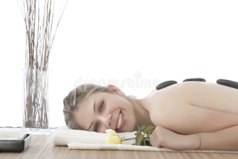 Nettes Mädchen, das eine Steinmassage erhält lizenzfreies stockbild