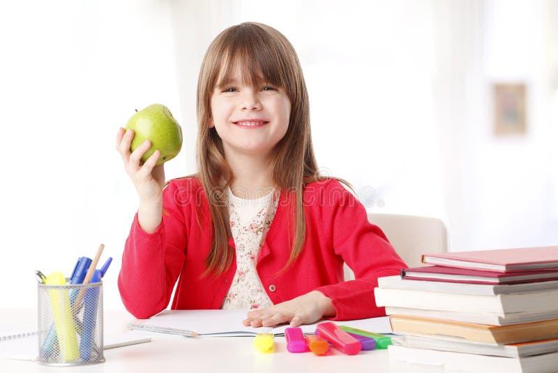 Nettes Mädchen, das einen Apfel hält lizenzfreie stockfotografie