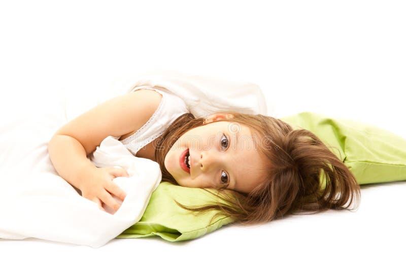 Nettes Mädchen, das im Bett sich entspannt lizenzfreies stockfoto