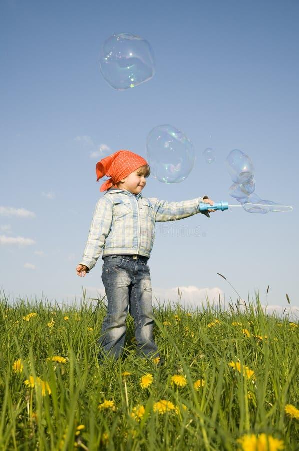 Nettes Mädchen, das mit bublles spielt lizenzfreies stockbild