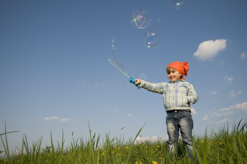 Nettes Mädchen, das mit bublles spielt stockfotos