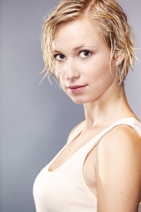 Nettes Mädchen, das mit dem schmutzigen und nassen Haar aufwirft lizenzfreie stockfotos