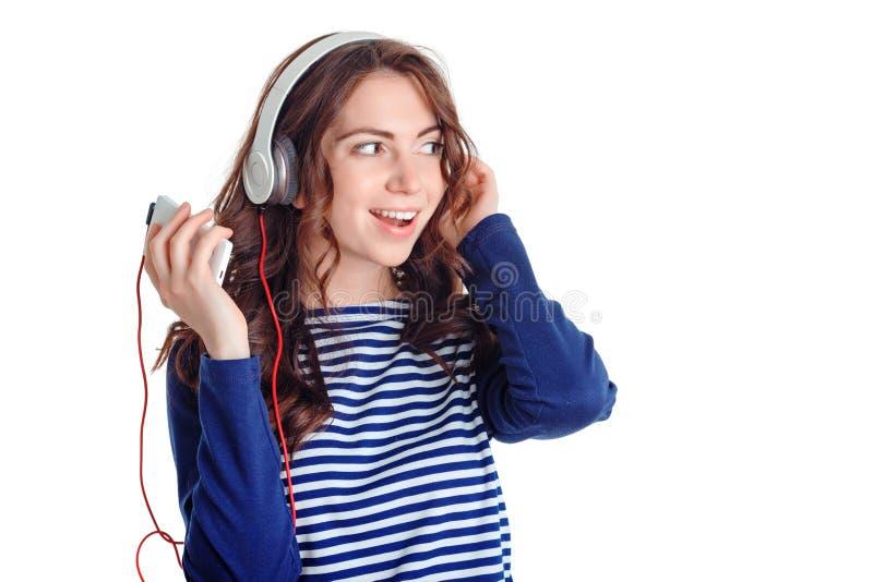 Nettes Mädchen, das Musik hört stockbild