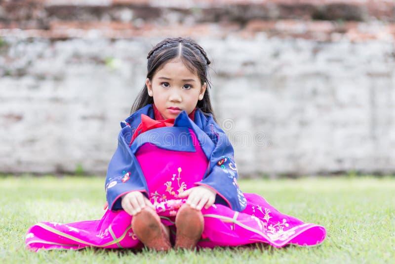 Nettes Mädchen, das nationale Kostüme von Korea trägt lizenzfreies stockfoto