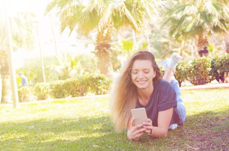 Nettes Mädchen, das Spaß auf tropischen Ferien hat lizenzfreie stockbilder